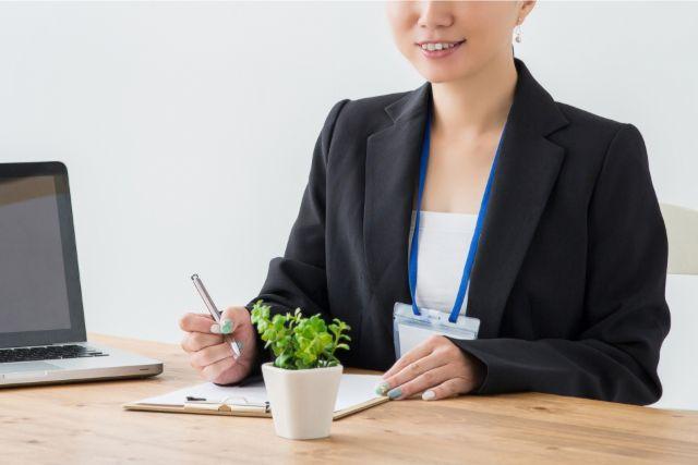 障害年金申請の流れを説明する女性