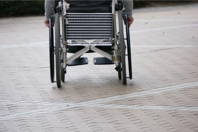 車椅子で移動する人
