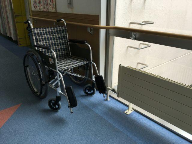 窓際に置かれた車椅子